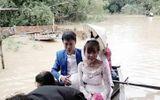 Chú rể chèo thuyền, lội nước bế cô dâu trong ngày lũ