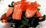 Cách làm salad cá hồi rong biển kiểu Nhật hấp dẫn đúng điệu