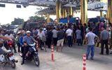 Hòa Bình: Xe khách vây trạm thu phí BOT QL6