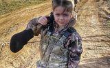 Bé gái 7 tuổi hạ gục hươu nai trong tích tắc