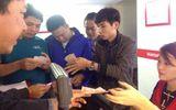 Người dân đổ xô đi mua vé số Vietlott trong ngày đầu mở bán tại Hà Nội