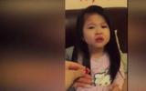 Em bé dễ thương bị mẹ mắng vì tự ý cắt tóc