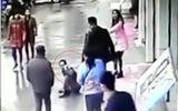 Bị sút thẳng vào mặt vì liều lĩnh cướp túi xách