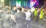 """Cảnh sát """"đột kích"""" 2 quán bar ở Sài Gòn, tạm giữ gần 100 dân chơi"""