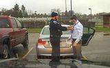 Clip cảnh sát thắt cà vạt giúp người vi phạm giao thông gây