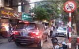 Hà Nội: Xe biển xanh đi vào đường cấm bị xe đi ngược chiều chặn đầu