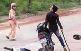 Bị bắt vì vi phạm giao thông, thanh niên gọi đồng bọn đến đánh cảnh sát