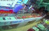 Cố tình gây sự với chủ tiệm, tên cướp đập tủ kính cướp vàng