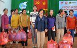 Phạm Hương đồng hành cùng bà Trương Mỹ Hoa về miền Trung từ thiện đầu năm mới