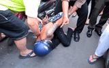Thiếu nữ truy đuổi, hạ gục tên cướp dây chuyền trên phố