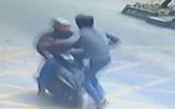 Video: Tài xế xe tải hạ gục tên cướp điện thoại vô cùng ngoạn mục