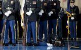 Nguyên nhân lính danh dự Mỹ đứng im khi đồng đội ngất trước mặt Obama