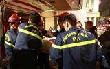"""Lực lượng PCCC """"giải cứu"""" hai mẹ con sản phụ vỡ ối bị mắc kẹt trên tầng 4"""