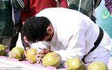 'Dị nhân' lập kỷ lục dùng đầu đập vỡ hơn 43 trái dừa trong 1 phút