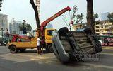 Ô tô lật ngửa trên làn đường buýt nhanh BRT, 2 mẹ con bị thương