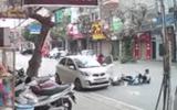 Lái xe ô tô mở cửa hất văng hai nữ sinh đi xe đạp điện