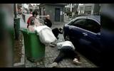 Chú rể giật mình ném cô dâu vào thùng rác