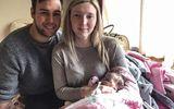Người mẹ quyết chăm sóc con gái sơ sinh thêm 16 ngày mặc dù bé đã qua đời