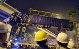 Người dân nín thở xem cẩu đầu tàu lên ray đường sắt trên cao