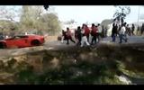"""Video-Hot - Lamborghini Aventador và Ferrari 458 ăn """"mưa"""" gạch đá từ dân địa phương"""