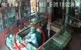 Thiếu tiền trả nợ, người đàn ông mang súng đi cướp tiệm vàng