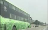 Clip: Xe khách chạy ngược chiều vun vút trên QL1A
