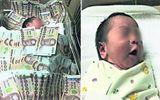 """Bức ảnh em bé """"chôn"""" trong đống tiền bị dân mạng """"ném đá"""" tơi bời"""
