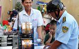 Nữ chủ tịch phường đóng phạt hộ người đàn ông bán nước mía lấn chiếm vỉa hè