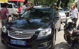 Giữa trưa, ông Đoàn Ngọc Hải lái ôtô riêng bắt 5 xe biển xanh đậu vỉa hè