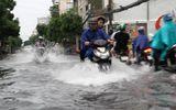Mưa lớn kèm giông, nhiều tuyến đường Sài Gòn ngập nặng
