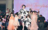 Tin tức giải trí - Mẹ con Elly Trần - Cadie Mộc Trà diện đồ đôi đi catwalk