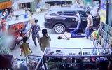 """4 người đi bộ bị ô tô """"điên"""" hất văng nằm la liệt trên đường"""