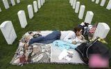 Sự thật hình ảnh cô gái ôm con đỏ hỏn ra nghĩa trang ngủ suốt 3 năm