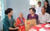 Tin trong nước - Chủ tịch Quốc hội thăm và tặng quà gia đình chính sách tại TPHCM