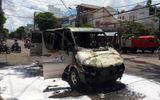 Xe ô tô bốc cháy, tài xế cùng 5 khách tung cửa thoát thân