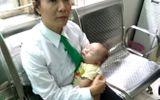 Bé trai 2 tháng tuổi bị mẹ bỏ rơi trên taxi ở Sài Gòn