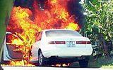 """""""Bà hỏa"""" ghé thăm, xe Camry bị thiêu rụi trên đường"""