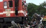 Hà Nội: Tàu hỏa đâm nát bét xe tải, lái xe bị thương nặng
