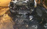 """""""Xế hộp"""" kéo lê xe máy gần 100m rồi bốc cháy ngùn ngụt trong đêm"""