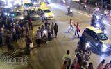 Va chạm giao thông, tài xế taxi và GrabBike lao vào chém nhau
