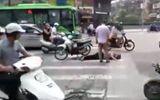 Đôi nam nữ đâm cụ ông bất tỉnh giữa phố Hà Nội rồi bỏ chạy