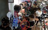 """Clip: """"Nữ quái"""" vờ mua đồ rồi trộm điện thoại trong cửa hàng giày"""