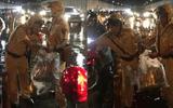 Hai chiến sĩ CSGT phát áo mưa miễn phí cho người dân trong hầm Thủ Thiêm vào đêm Trung thu