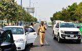 """Hàng loạt vụ tài xế """"cố thủ"""" trong xe, chống đối CSGT"""