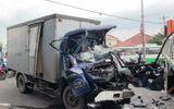 2 xe tải đấu đầu, thi thể tài xế mắc kẹt trong cabin biến dạng
