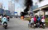 Xe tay ga cháy trơ khung trên xa lộ Hà Nội, chủ xe bỏ chạy thoát thân