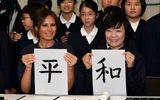 Đệ nhất Phu nhân Mỹ học viết thư pháp ở Nhật Bản