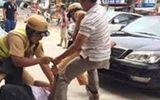 Vi phạm giao thông, tài xế ô tô lao vào tấn công CSGT