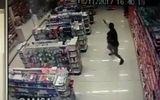 Tin tức - Video: Cảnh sát Brazil vừa bế con vừa tiêu diệt 2 tên cướp