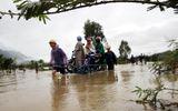 Mưa lớn, nhiều tỉnh miền Trung bị chia cắt, ngập sâu